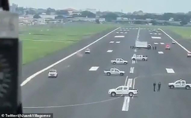 Autá blokujúce pristávaciu dráhu na letisku v Ekvádore