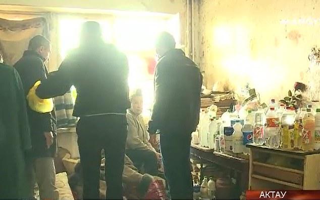 Za dverami bytu žila 3 členná rodina s dospelým synom. Rok močili do plastových fliaš