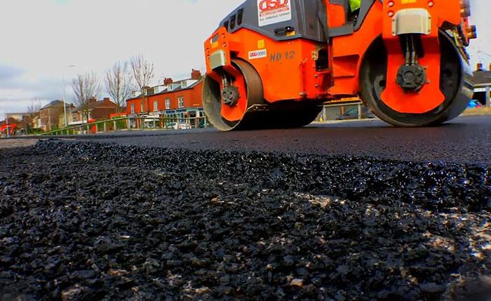 Afaltovanie novým druhom asfaltu vyrobeného z plastu
