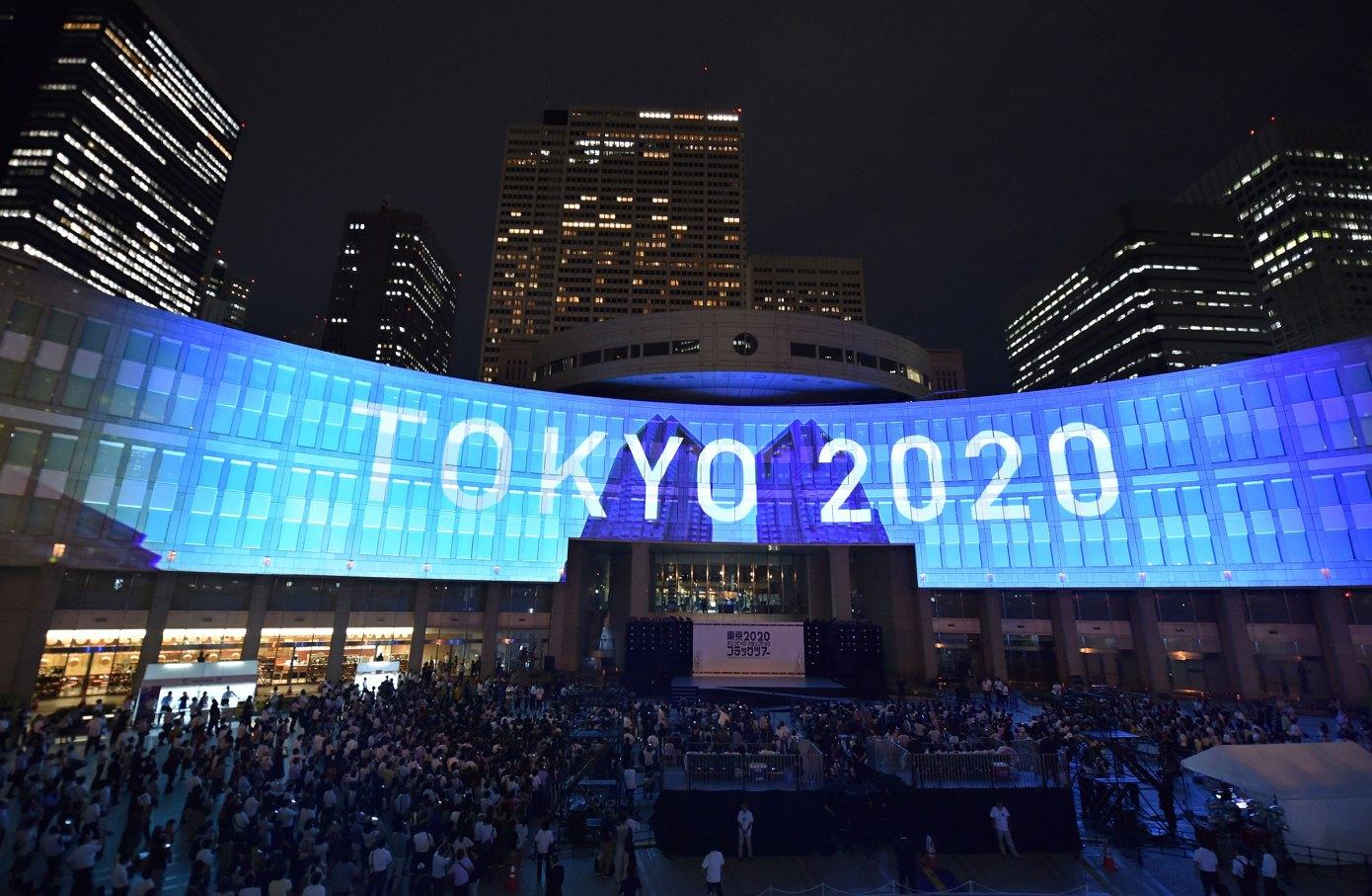 Projekcia nápisu olympíjskych hier Tokio 2020 Japonsko