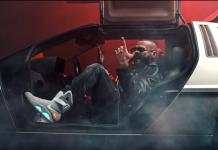 Rytmus sediaci v DeLorean a na nohách ma obuté Nike Air Mag