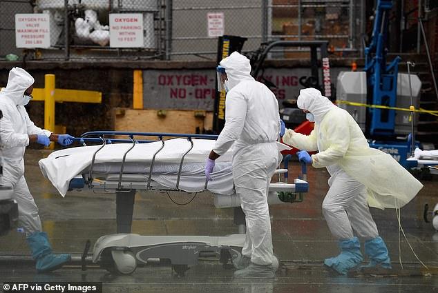 Zdravotníci pri kontakte s mŕtvymi odporúčajú nosiť ochranné odevy a prostriedky