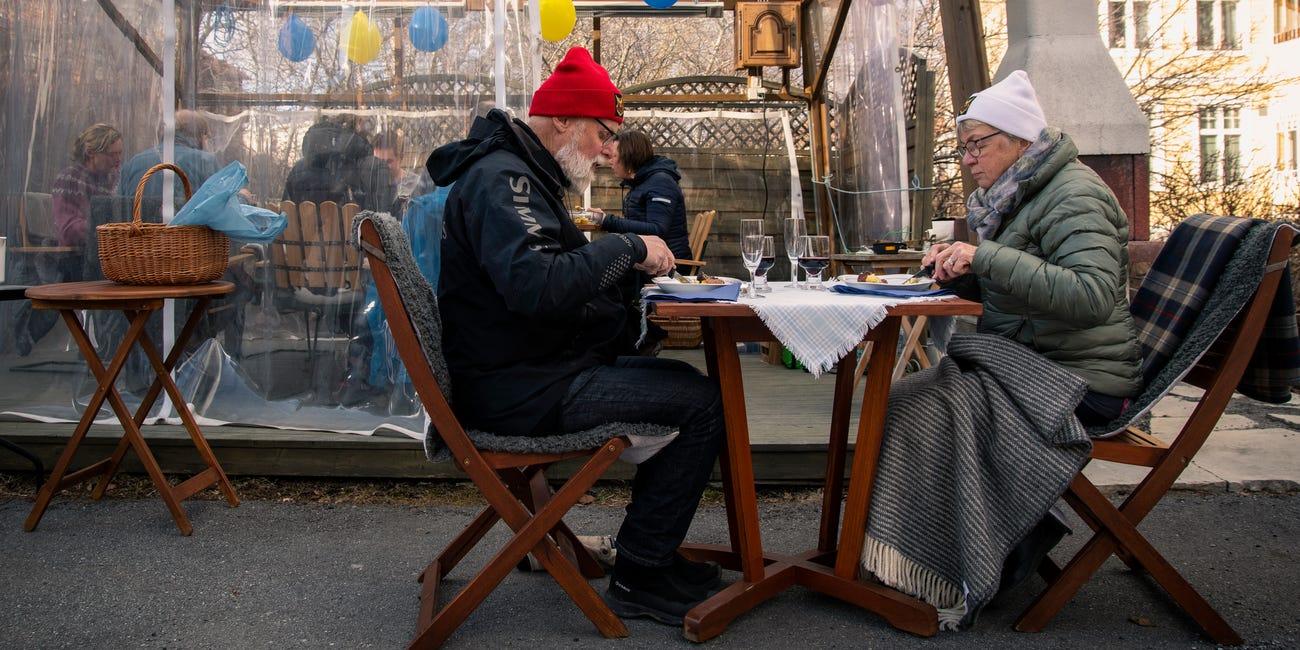 Švédsky pár seniorov si vychutnáva večeru aj počas pandémie