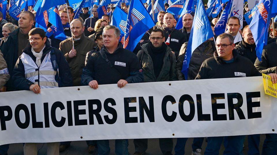 Napriek zákazu štrajkujú aj policajti