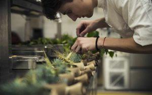 Filip Ondrušek pri práci v kuchyni v luxusnej reštaurácií