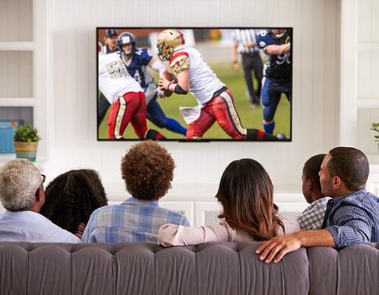 Rodinka sledujúca televíziu